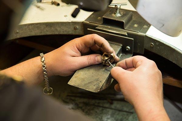 réparation de bijoux avec Anne DAURY, Maitre joaillier  à Hyères